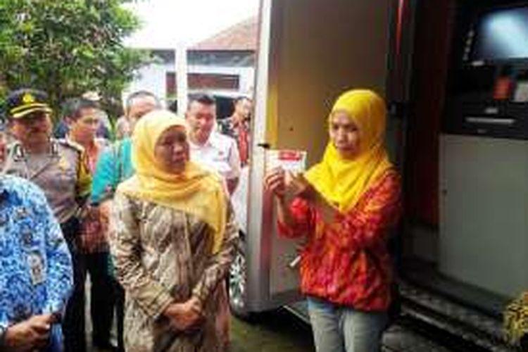 Menteri Sosial RI Khofifah Endar Parawansa menyaksikan demo tarik tunai Kartu Keluarga Sejahtera (KKS) di mobil ATM BNI dalam acara Peluncuran   Layanan e-Warong KUBE-PKH Koperasi Masyarakat Indonesia Sejahtera (KMIS)
