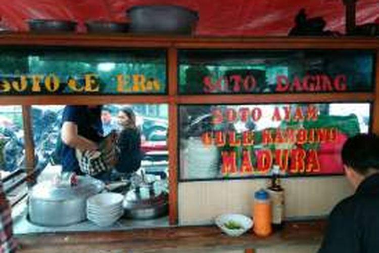 Soto Ceker Madura di jalan Karet Pasar Baru, tepatnya di sebelah Mal Citiwalk, Sudirman, Jakarta.Soto ceker madura