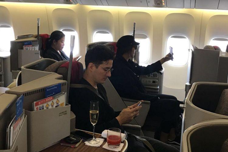 Suasana di kabin kelas bisnis dalam penerbangan langsung Garuda Indonesia dari Jakarta ke London, Sabtu (4/11/2017).