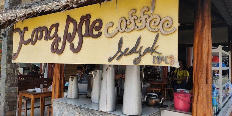 Kedai Kopi Kong Djie yang berdiri sejak 1943. Kopi Kong Djie dikenal paling lama ada di Belitung dan menjadi patokan dari kedai-kedai kopi yang ada di Belitung.