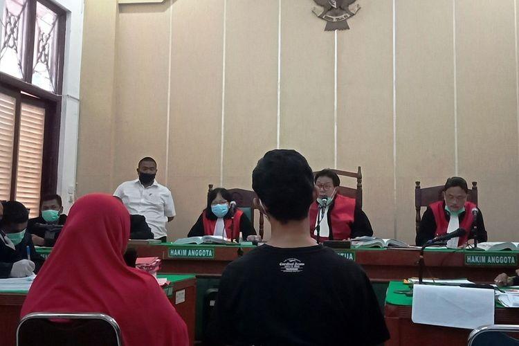 Rini Siregar dan M Ipan Syarif memberikan keterangan di persidangan perkara pembunuhan hakim di PN Medan, Jumat (8/5/2020)