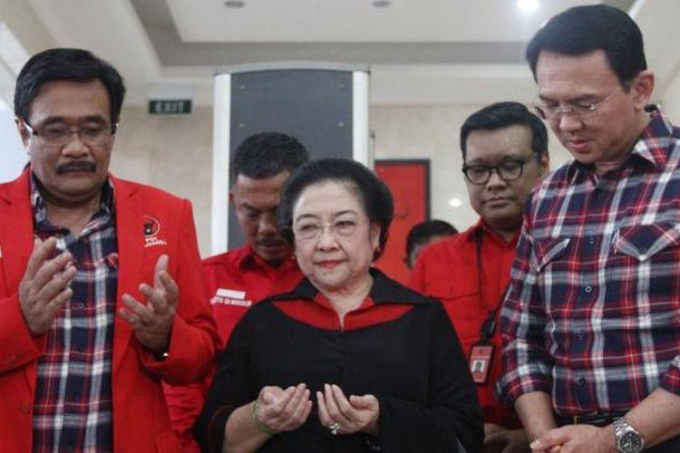Ketua Umum DPP PDI Perjuangan Megawati Soekarnoputri berdoa bersama pasangan Basuki Tjahaja Purnama (ahok) dan Djarot Syaiful Hidayat, di kantor DPP PDI Perjuangan, Jakarta, Rabu (21/9/2016). Pasangan Ahok-Djarot mendaftarkan diri ke kantor KPU DKI Jakarta sebagai Cagub-Cawagub pada Pilkada DKI 2017.