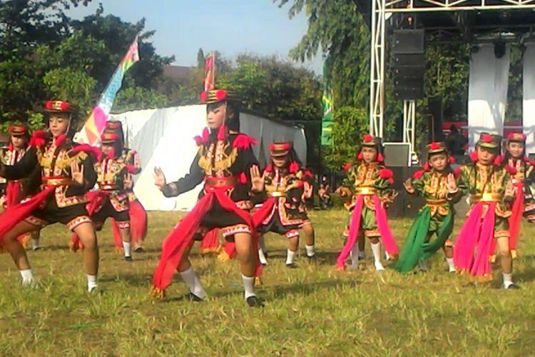 Kesenian Angguk dari Kulon Progo sudah merasuk hingga sekolah-sekolah. Bahkan penari dengan usia PAUD pun sangat banyak. Warga Kulon Progo cukup bangga dengan tari khas daerah mereka ini.