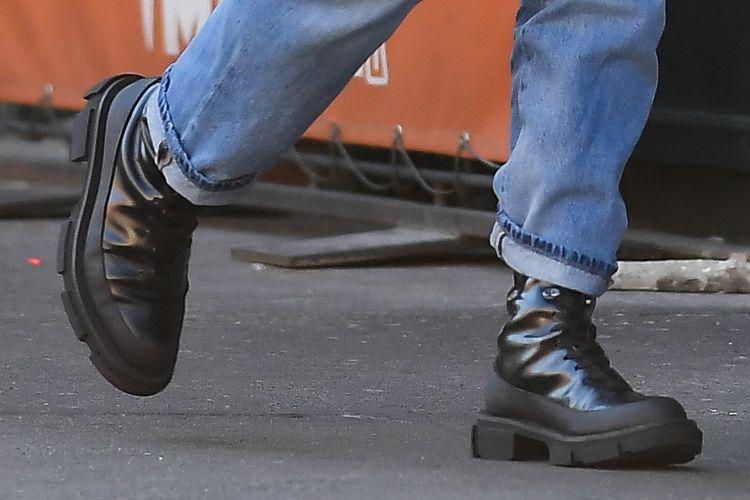 Sepatu yang dikenakan Irina Shayk ketika terlihat di jalanan New York, (16/6/2021).