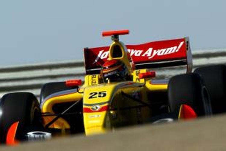 Di musim balap tahun ini, nama Sean Gelael tercatat mengikuti Kejuaraan Formula Renault 3.5, kejuaraan setingkat di bawah Formula 1 bersama Tim Jagonya Ayam with Carlin.