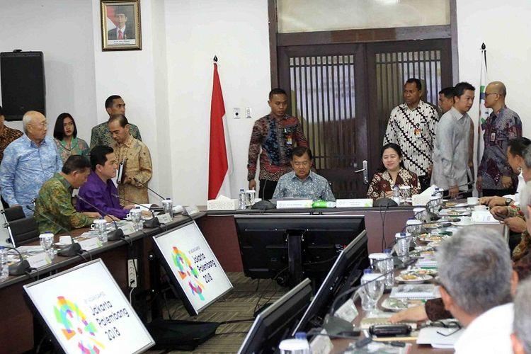 Wakil Presiden Jusuf Kalla, bersama sejumlah menteri, melakukan rapat koordinasi dengan panitia penyelenggara Asian Games (INASGOC) di Wisma Serbaguna, Senayan, Jakarta, Selasa (18/7/2017).