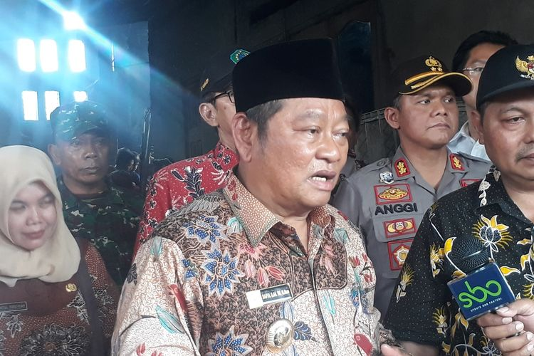Bupati Sidoarjo Saiful Ilah saat mengunjungi rumah produksi tahu di sentra industri Desa Tropodo, Kecamatan Krian, Sidoarjo, Jawa Timur, Selasa (26/11/2019).