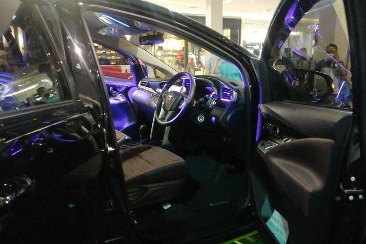 Tampilan interior Kijang Innova dengan warna lebih gelap