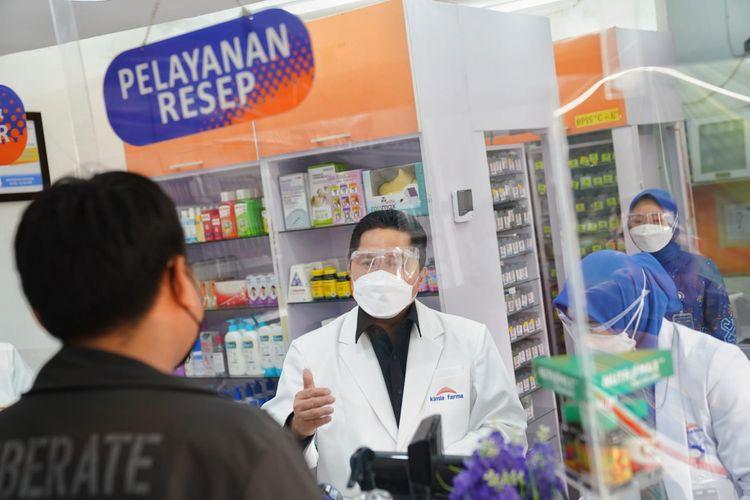 Menteri BUMN Erick Thohir ketika menyamar menjadi pegawai farmasi Apotek Kimia Farma  dan melayani pembeli di Ruko Depok Maharaja, Kota Depok, Jawa Barat, Sabtu (4/9/2021).