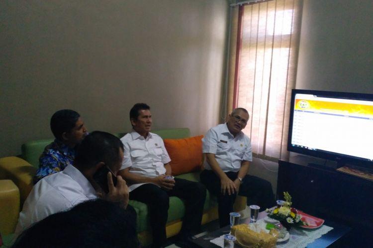 Menpan RB Asman Abnur (tengah) saat meninjau lokasi tes CPNS Kemenkumham di Kantor Regional X Badan Kepegawaian Negara (BKN) Jalan By Pass Ngurah Rai, Denpasar, Bali, Senin (11/9/2017).