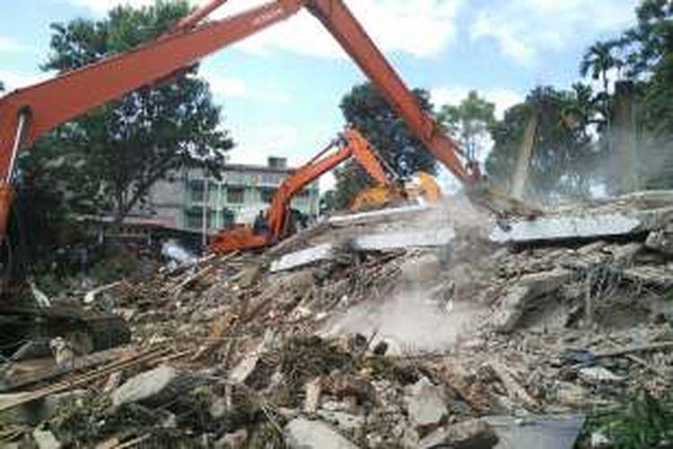 Tim SAR mencari korban yang tertimpa bangunan yang rubuh akibat gempa bumi berkekuatan 6,4 skala richter, di Pidie, Aceh, Rabu (7/12/2016). Puluhan orang tewas dalam peristiwa yang terjadi pukul 05.03 WIB ini.