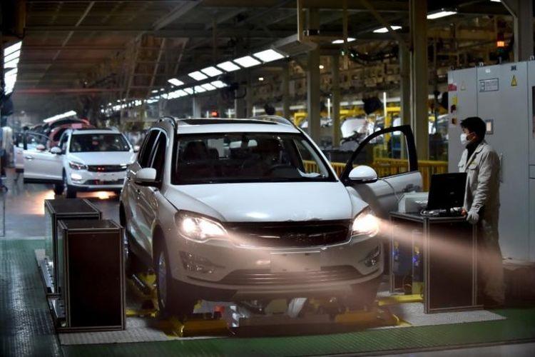 Karyawan yang sedang bekerja di pabrik mobil Hangzhou, Provinsi Zhejiang, China.