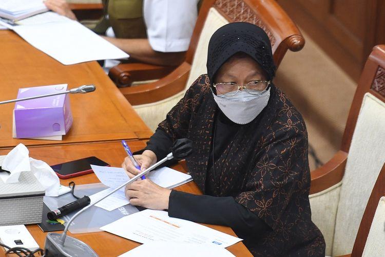 Menteri Sosial Tri Rismaharini mengikuti rapat kerja dengan Komisi VIII DPR di Kompleks Parlemen, Senayan, Jakarta, Selasa (16/3/2021). Rapat kerja tersebut membahas anggaran penanggulangan bencana 2021. ANTARA FOTO/Hafidz Mubarak A/hp.