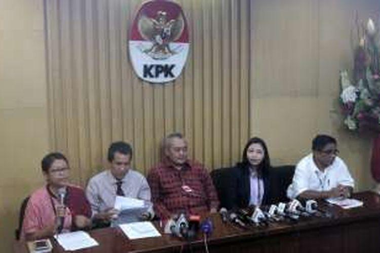 Deputi bidang Pencegahan Komisi Pemberantasan Korupsi, Pahala Nainggolan, merilis hasil riset terkait soal pendanaan kampanye pasangan calon kepala daerah setelah penyelenggaraan Pilkada pada Desember 2015 lalu, di gedung KPK, Rabu (29/6/2016).
