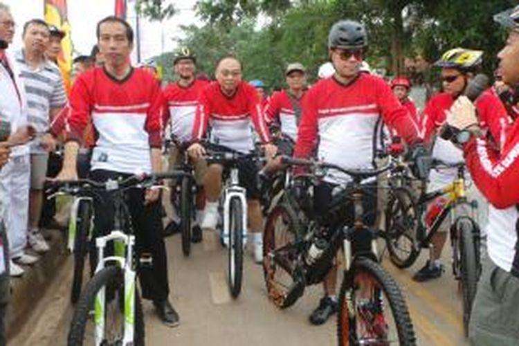 Gubernur DKI Jakarta Joko Widodo mengikuti acara bersepeda di Kanal Banjir Timur (KBT), Jatinegara, Jakarta Timur. Minggu (10/11/2013).