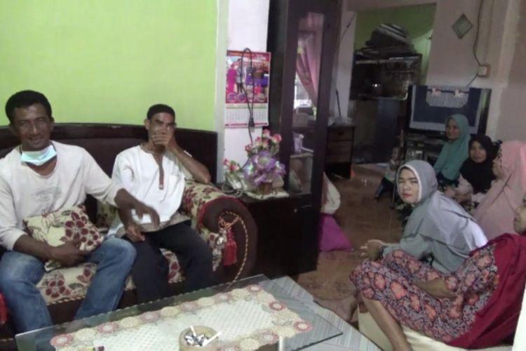Nelayan di Majene, Sulawesi Barat, yang kepulangannya disambut isak tangis keluarga. Pencari cumi-cumi ini sempat hilang selama enam hari setelah perahunya rusak karena dihantam gelombang laut.
