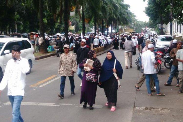 Massa dua kubu yang berujuk rasa di luar sidang Basuki Tjahaja Purnama atau Ahok di Jalan RM Harsono, Ragunan, Jakarta Selatan, mulai membubarkan diri. Selasa (7/2/2017).