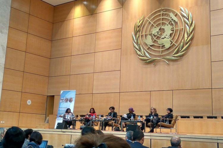 Menteri Kelautan dan Perikanan Susi Pudjiastuti (berbaju merah) bersama panelis lainnya saat berbicara dalam 6th Annual UN Forum on Business and Human Rights di kantor PBB, Jenewa Swiss, Senin (27/11/2017).