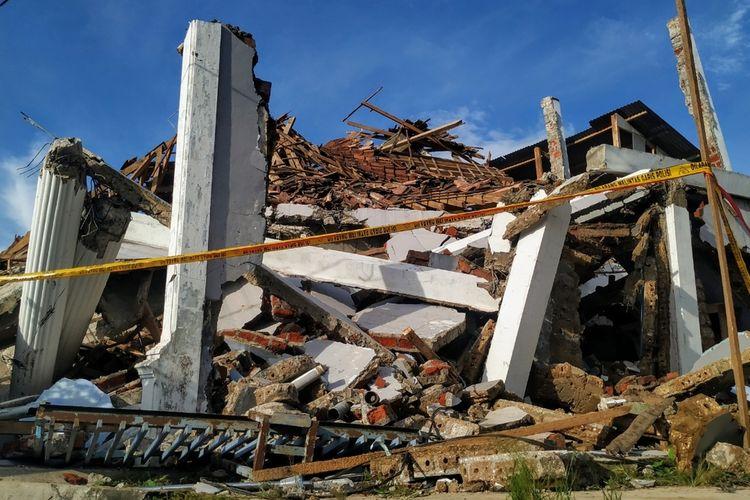 Salah satu bangunan rumah ambruk terdampak gempa magnitudo 5 di Desa Pulosari, Kecamatan Kalapanunggal, Sukabumi, Jawa Barat, Rabu (11/3/2020).