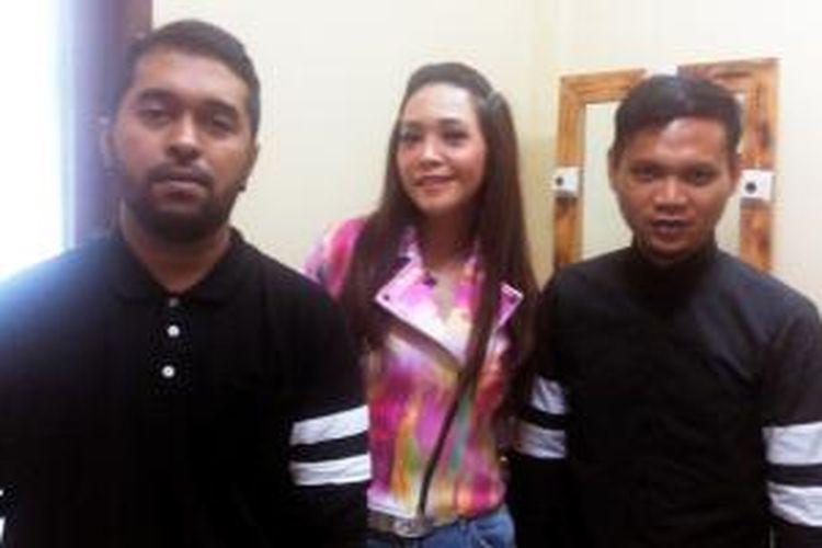 Pasto yang kini terdiri dari Mario (kiri) dan Meltho (kanan) bersama produser Maia Estianty (tengah) diabadikan di Studio Polonia, Jalan Cipinang Cempedak I, Jakarta Timur, Kamis, (16/4/2015).