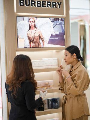 Counter terbaru Burberry Fragrance di Metro Plaza Senayan Jakarta menghadirkan beragam koleksi wewangian Burberry.