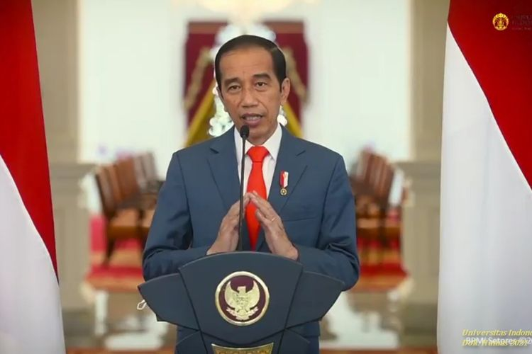 Jokowi giving a speech at University of Indonesia's 71st anniversary.
