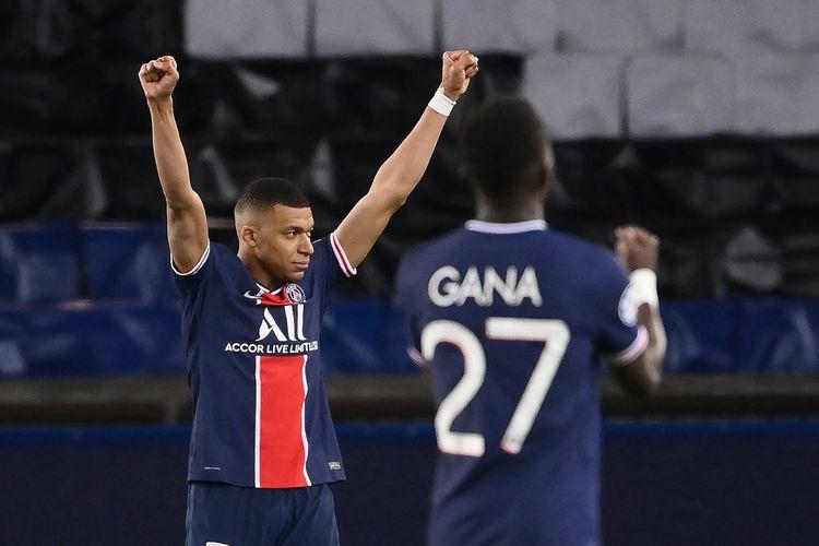 Penyerang Paris SG, Kylian Mbappe, dan gelandang Idrissa Gueye merayakan kelolosan ke semifinal Liga Champions setelah partai leg kedua perempat final pada Rabu (14/4/2021) dini hari WIB.