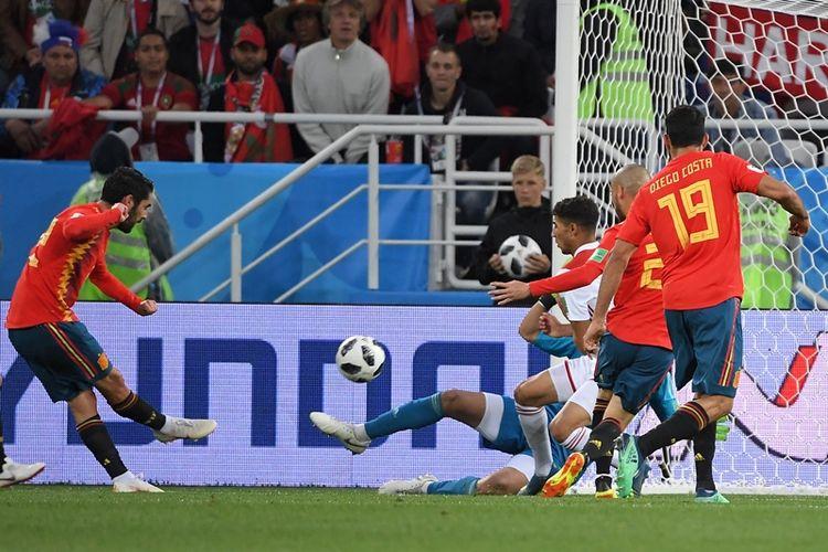 Gelandang Spanyol, Isco (kiri), melepaskan tembakan untuk mencetak gol ke gawang Maroko pada laga penyisihan Grup B Piala Dunia 2018 di Kaliningrad Stadium, Kaliningrad, Senin (25/6/2018).
