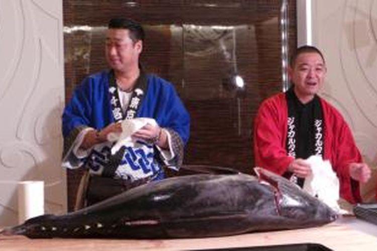 Chef profesional asal Jepang bersiap memotong ikan tuna seberat 75 kilogram di Jak-Japan Matsuri 2013, Hotel JS Luwansa, Jakarta, Minggu (1/9/2013).