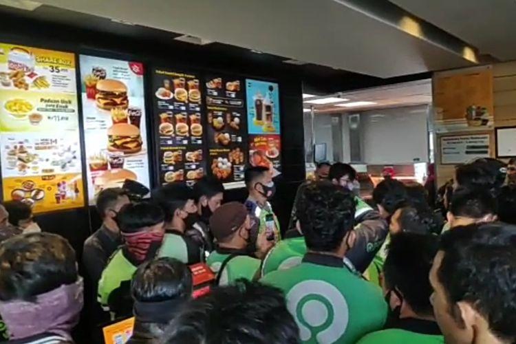 Ratusan ojek online menumpuk di gerai McDonald's cabang Kedaton untuk mengambil pesanan promo BTS Meal, Rabu (9/6/2021).