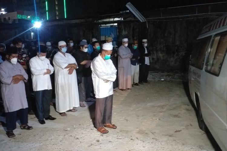 Puluhan jemaah menshalatkan jenazah Tengku Zulkarnain di pekarangan samping RS Tabrani di Jalan Jenderal Sudirman, Kota Pekanbaru, Riau, Senin (10/5/2021) malam.