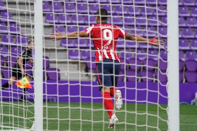 Penyerang Atletico Madrid, Luis Suarez, merayakan golnya dalam pertandingan melawan Real Valladolid di Stadion Jose Zorilla, Sabtu (22/5/2021).