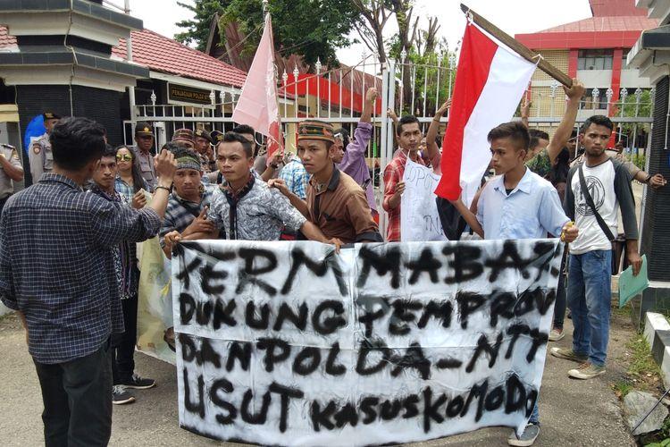 Puluhan mahasiswa  yang tergabung dalam Persatuan Mahasiswa Manggarai Barat, Kupang, Nusa Tenggara Timur (NTT), menggelar aksi unjuk rasa di depan Mapolda NTT,  Kamis (4/4/2019)