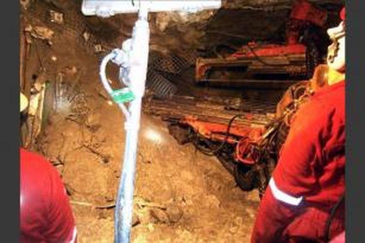 Foto handout dari Freeport Indonesia memperlihatkan tim operasi penyelamatan para pekerja yang terjebak di terowongan tambang yang runtuh di area Big Gossan, Kompleks Grasberg, Papua, 17 Mei 2013. Sebanyak 7 pekerja ditemukan tewas dan 21 orang belum ditemukan.