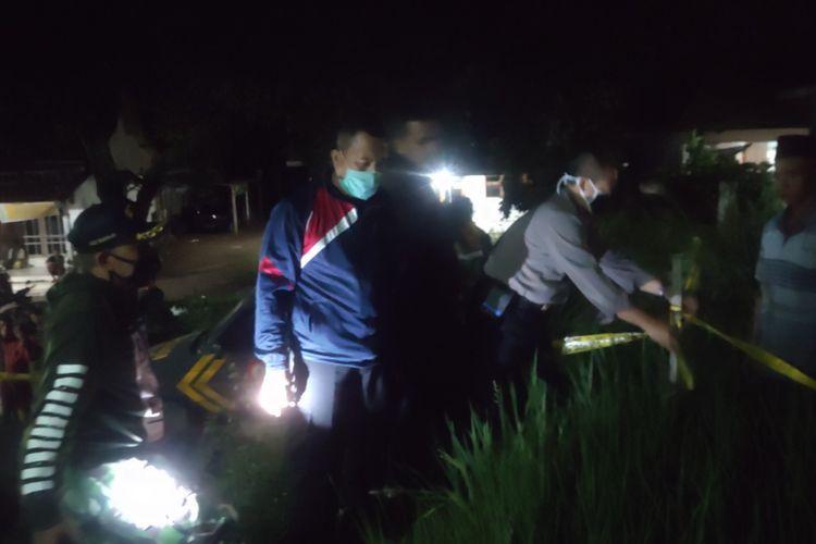 Lokasi ledakan di rumah Kades Kecik dipasang police line.