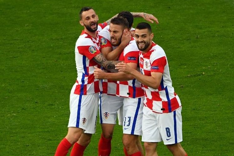 Gelandang Kroasia Nikola Vlasic (tengah) berselebrasi bersama rekan-rekannya setelah mencetak gol pada pertandingan Grup D Euro 2020 antara Kroasia vs Skotlandia di  Hampden Park, Glasgow, Selasa (22/6/2021) atau Rabu dini hari WIB.