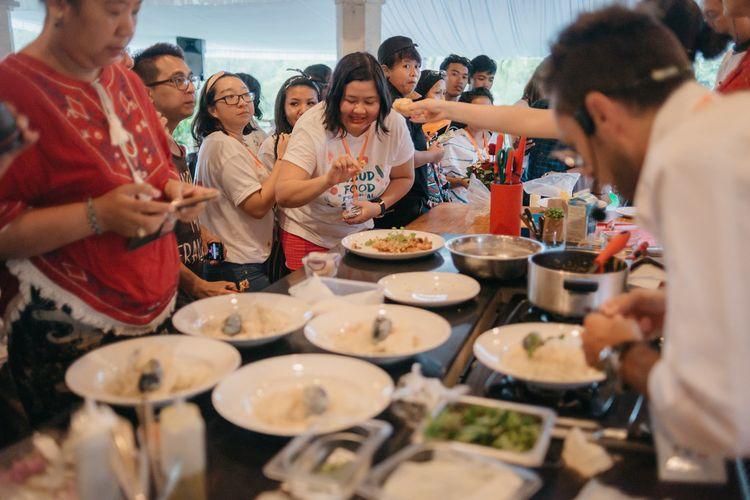 Peserta menjajal masakan chef terkemuka saat demo masak Ubud Food Festival.