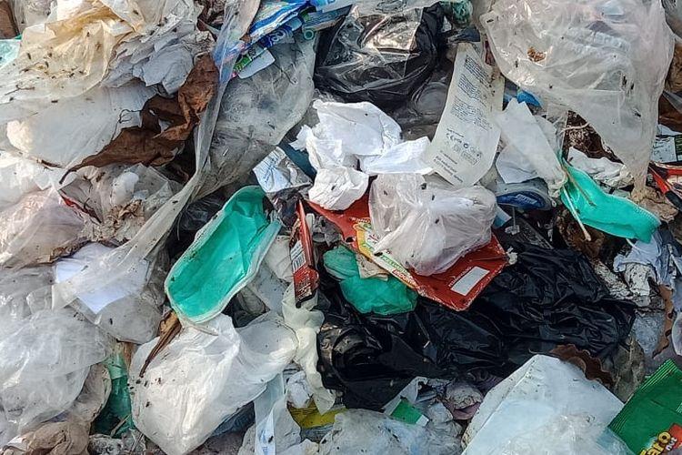 Limbah medis dan limbah rumah tangga bercampur di TPA Bekasi, Selasa (30/6/2020).