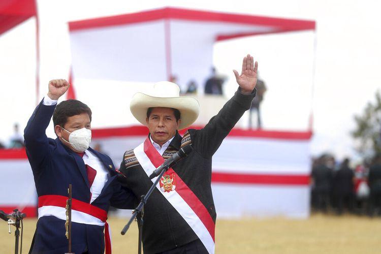 Presiden Peru Pedro Castillo (kanan) dan Perdana Menteri Guido Bellido (kiri) berfoto setelah upacara pengambilan sumpah simbolis di lokasi Pertempuran Ayacucho 1824, yang menyegel kemerdekaan dari Spanyol, pada Kamis (29/7/2021) sehari setelah ia resmi dilantik sebagai presiden.