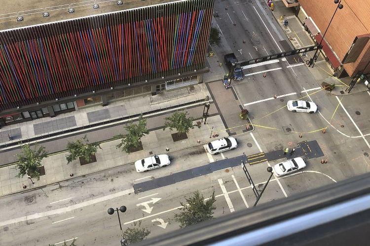 Foto yang diambil dari atas gedung menunjukkan situasi di luar gedung Bank Fifth Third, tempat terjadinya insiden penembakan oleh seorang pria bersenjata, Kamis (6/9/2018).