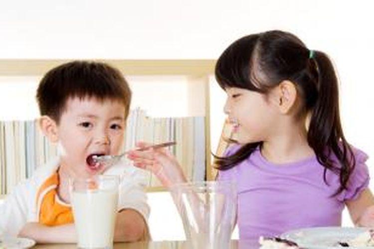 Puji anak jika mereka mau makan makanan sehat.