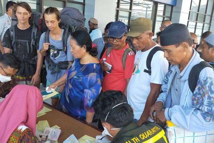 Petugas kesehatan dari PMI dan Kantor Kesehatan Pelabuhan Nunukan memeriksa ketat pelintas batas yang baru tiba dari Malaysia, Kamis (12/3).