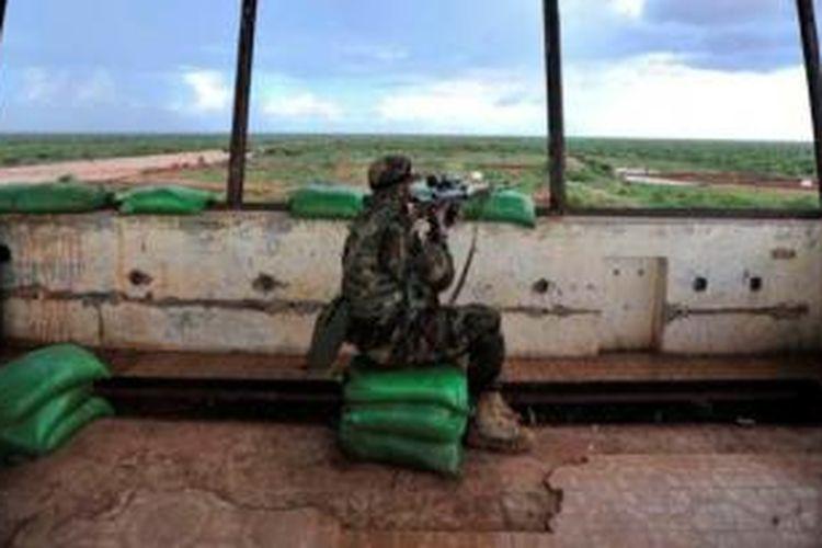 Seorang sniper pasukan AS menempati sebuah bekas menara pengendali bandar udara di sebuah kawasan kekuasaan kelompok militan Al Shabab di Somalia. Dikabarkan pasukan elit Navy SEAL berhasil menangkap seorang komandan senior Al Shabab.
