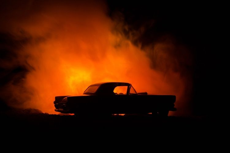 Ilustrasi mobil terbakar.