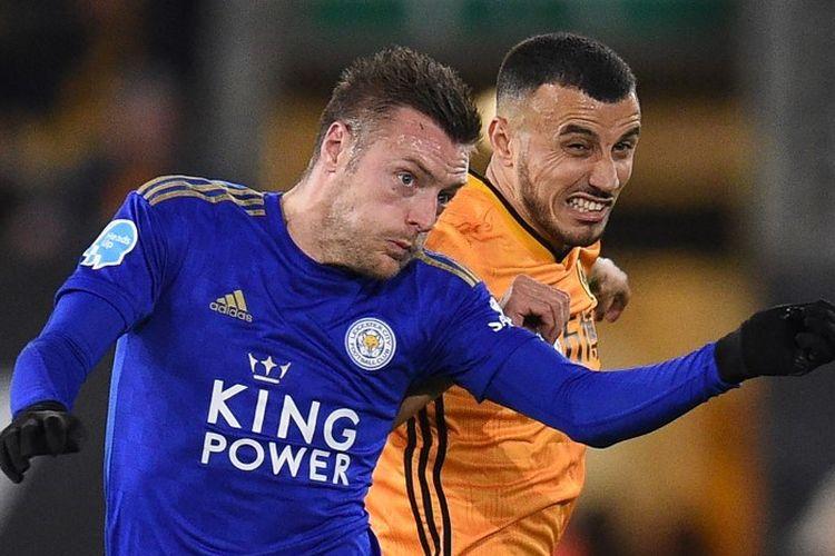 Striker Inggris Leicester City Jamie Vardy (kiri) bersaing dengan gelandang Maroko Wolverhampton Wanderers Romain Saiss (kanan) selama pertandingan sepak bola Liga Primer Inggris antara Wolverhampton Wanderers dan Kota Leicester di stadion Molineux di Wolverhampton, Inggris tengah pada 14 Februari 2020.