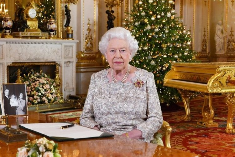 Ratu Inggris Elizabeth II berfoto setelah dia merekam pesan untuk Hari Natal, di White Drawing Room, Istana Buckingham, di London. Foto ini dirilis pada Senin (24/12/2018). (AFP/John Stillwell)