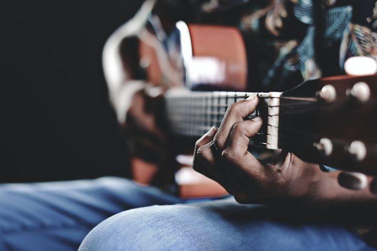 Pria Bermain Gitar