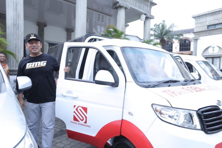 Wali Kota Semarang, Hendrar Prihadi saat menjajal mobil Esemka tipe Bima yang menjadi kendaraan operasional dinas pemerintahannya.