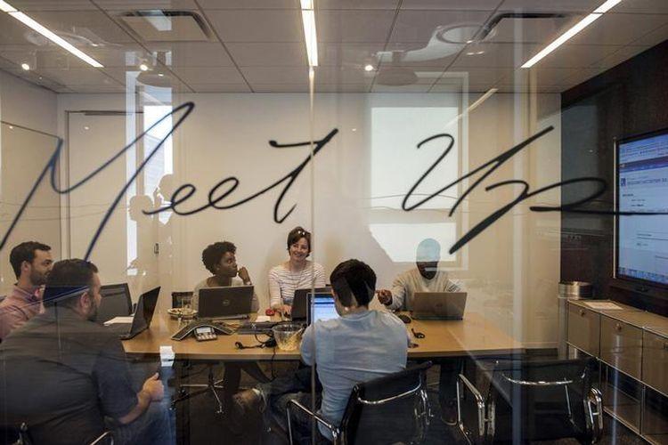 Ilustrasi karyawan sedang rapat di kantor