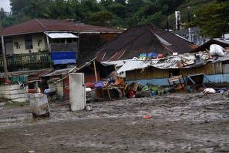 Lumpur tebal menimbun sebagian kawasan yang diterjang banjir bandang di Kota Manado, Kamis (16/1/2014).